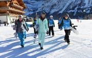 Mit den Kindern auf dem Weg zum Lift: Tanja Frieden an einem Schneesporttag. (Bild: Markus Grunder)