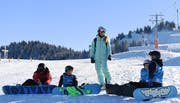 Tanja Frieden (42) mit Snowboardnachwuchs: «Jedes Schweizer Kind sollte mindestens einmal nachhaltigen Kontakt mit dem Schnee gehabt haben.» (Bild: Markus Grunder)