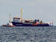 Das Rettungsschiff Sea-Watch ist derzeit nur zwei Kilometer vor der sizilianischen Küste im Meer blockiert. (Bild: KEYSTONE/AP/SALVATORE CAVALLI)