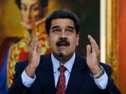 """Ob ihm Simón Bolívar noch helfen kann? Maduro im Präsidentenpalast Miraflores unter einem Bild seines Idols, des Freiheitskämpfers (""""El Libertador»), der vor rund 200 Jahren den Kampf gegen die spanischen Herren aufgenommen - und gewonnen - hatte. (Bild: KEYSTONE/AP/ARIANA CUBILLOS)"""