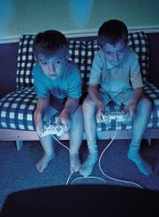 Ob mit oder ohne Socken – wie lange sollen Kinder und Teenager gamen dürfen? (Bild: Peter Cade/Getty)