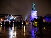 Nicht nur auf der Place de la Bastille in Paris, sondern später auch auf der Place de la République versammelten sich «gilets jaunes». (Bild: KEYSTONE/EPA/ETIENNE LAURENT)