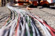 Ein Arbeiter montiert Glasfaserkabel. (Bild: Carlo Reguzzi/Ti-Press, Bellinzona, 10. Februar 2015)