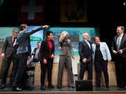Parteipräsident Albert Rösti zeigt den Weg. Die Parteileitung der SVP Schweiz an der Delegiertenversammlung in Gossau (SG). (Bild: Keystone/Gian Ehrenzeller)