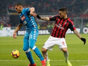 Napolis Faouzi Ghoulam (links) im Zweikampf mit Milans Suso (Bild: KEYSTONE/AP/ANTONIO CALANNI)