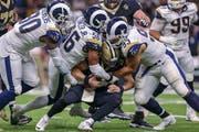 Auch Drew Brees (Mitte), Quarterback der New Orleans Saints, bekam die Übermacht der Los Angeles Rams zu spüren. (Bild: Jordon Kelly/Getty, New Orleans, 20. Januar 2019)