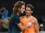 Der 20-jährige Grieche Stefanos Tsitsipas gratuliert dem 32-jährigen Halbfinalsieger Rafael Nadal am Australian Open in Melbourne. (Bild: AP Photo/Andy Brownbill, 24. Januar 2019)