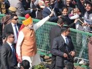 Der indische Premierminister Narendra Modi (im Bild) grüsst bei den Feierlichkeiten zum 70. Geburtstag der Republik Indien in die Menge. (Bild: KEYSTONE/EPA/HARISH TYAGI)
