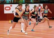 Aylin Rudolph (l.) und Chantal Keel (2. v.l.) erzielen schnelle Sprintzeiten über 60 und 200m. (Bild: Martin Steger)