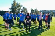 FCL-Präsident Philipp Studhalter (in Jeans) spricht im Traininslager in Spanien zur FCL-Mannschaft. (Bild: Martin Meienberger/Freshfocus, Marbella, 14. Januar 2019)