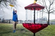 Samuel Zurfluh demonstriert mit einem mobilen Korb, wie Discgolf funktioniert. Der Frisbee sollte in der roten Tasche landen. (Bild: Manuel Jans-Koch, Stans, 25. Januar 2019)