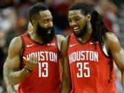 Capela-Ersatz Kenneth Faried (rechts) im Gespräch mit Houstons Superstar James Harden (Bild: KEYSTONE/FR171023 AP/ERIC CHRISTIAN SMITH)