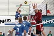 Kevin Saar (links) steigt hoch und überwindet den Zweierblock von Lausanne. Dank diesem Sieg klettert Volley Luzern auf den vierten Rang. Bild: Jakob Ineichen (Luzern, 27. Januar 2019)
