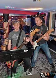 «The Slight Delay»: Dave am Bass und Martin an der Gitarre. (Bilder: Christoph Heer)