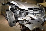 Das stark beschädigte Auto: Der Sachschaden beläuft sich auf mehrere tausend Franken. (Bild: PD/Zuger Polizei)