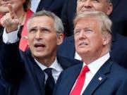 Nato-Generalsekretär Jens Stoltenberg (links) hat US-Präsident Donald Trump wegen seiner Forderungen nach mehr Geld für die Nato gelobt. (Bild: KEYSTONE/EPA/IAN LANGSDON)