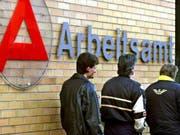 Könnte teuer werden für die Schweiz: EU-Staaten und EU-Parlament sollen sich am Donnerstag darauf einigen, wer Grenzgängern künftig Arbeitslosenentschädigung zahlen soll. Die EU-Staaten sehen die Pflicht beim Beschäftigungsland, das EU-Parlament will für die Betroffenen Wahlfreiheit. (Bild: KEYSTONE/EPA/Werner Baum)