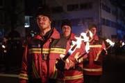 Die Mitglieder der Freiwilligen Feuerwehr der Stadt Zug beim traditionellen Fackelumzug. (Bild: Patrick Hürlimann (Zug, 26. Januar 2019))
