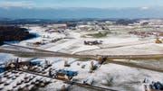 Ein Teil der Ackerfläche nördlich der A1 könnte in einer Wasserschutzzone nicht mehr bestellt werden. (Bild: Michel Canonica)