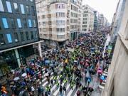 In Brüssel sind erneut Tausende für mehr Klimaschutz auf die Strasse gegangen. (Bild: KEYSTONE/EPA/STEPHANIE LECOCQ)