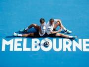 Krönung des persönlichen Karriere-Grand-Slams: Die Franzosen Pierre-Hugues Herbert (li.) und Nicolas Mahut gewannen erstmals das Australian Open im Doppel (Bild: KEYSTONE/EPA/RITCHIE TONGO)