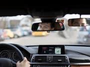 Wer die Fahrprüfung in einem Auto mit Automatik-Getriebe absolviert hat, darf sich ab 1. Februar ohne Einschränkung hinter das Steuer eines Autos mit Handschaltung setzen. Wer sich das nicht traut, soll noch einmal für ein, zwei Stunden zurück in die Fahrschule, empfiehlt die Polizei. (Bild: KEYSTONE/GAETAN BALLY)