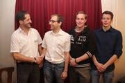 Präsident Felix Gisler (links) dankt dem abtretenden Markus Baumgartner, daneben die beiden neugewählten Vorstandsmitglieder André Gisler und Philipp Kempf (rechts). (Bild: Paul Gwerder (Bürglen, 25. Januar 2019))