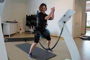 Luana Herraiz zeigt eine Übung am EMS-Gerät. (Bild: Yann Lengacher)