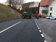 Der Greifarm des Traktors riss das Dach des Personenwagens auf. Dabei wurden die vier Insassen, darunter zwei Kinder, verletzt. (Bild: Police cantonale fribourgeoise)