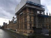 Das britische Parlament steht unter Zeitdruck und muss im Zusammenhang mit dem Brexit insgesamt 13 Gesetze verabschieden. Premierministerin Theresa May drängt unter anderem auf eine Verlängerung der Sitzungszeiten. (Bild: KEYSTONE/EPA/ANDY RAIN)