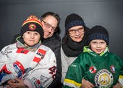 Markus Stampfli und Lenka Strapkova fanen mit ihren Söhnen Nevio und Samuel für die Gastgeber. (Bilder: Andrea Stalder)