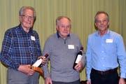 Präsident Jürgen Strauss gratuliert Hans Mattli und Hermann Herger-Ulrich (von rechts) zu 65 Jahren Mitgliedschaft. (Bild: Georg Epp (Altdorf, 26. Januar 2019))