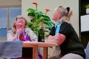 Zwei Freundinnen, gespielt von Monika Achermann (links) und Petra Truttmann, hecken einen Plan gegen die Männer aus. (Bild: Christoph Näpflin (Seelisberg, 25. Januar 2019))
