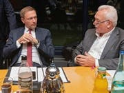 Der Präsident der deutschen FDP, Christian Lindner, (links im Bild) hat der deutschen Regierung vorgeworfen, viel zu wenig gegen einen ungeordneten Brexit zu tun. (Bild: KEYSTONE/EPA/HAYOUNG JEON)