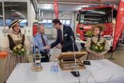 Stadtrat Urs Raschle übergibt FFZ-Kommandant Daniel Jauch den Schlüssel für das neue Tanklöschfahrzeug. (Bild: PD)