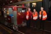 Roland Seehaus, Charly Infanger und Robert Schlatter (von links) zeigen die Draisine Dm 3401. (Bild: Paul Gwerder (Erstfeld, 25. Januar 2019))