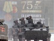 Im Schneegestöber hat in St. Petersburg am Sonntag eine Militärparade stattgefunden, die an das Ende der deutschen Belagerung im Zweiten Weltkrieg vor 75 Jahren erinnern soll. (Bild: KEYSTONE/EPA/ANATOLY MALTSEV)