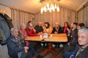 Ein Grossteil der Teilnehmenden am Bürgergespräch findet Platz am grossen Tisch im Eventhaus. (Bild: Adi Lippuner)