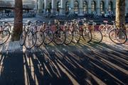 Der Stadtrat will Luzern für Velofahrer angenehmer und sicherer machen – die Baukommission des Grossen Stadtrats kritisiert die Pläne. Im Bild die Bahnhofstrasse Luzern. (Symbolbild: Pius Amrein)