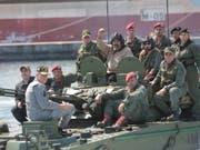 Venezuelas Staatschef Nicolás Maduro (Mitte) zeigt sich am Sonntag kämpferisch mit dem Militär in der Öffentlichkeit. (Bild: KEYSTONE/EPA MIRAFLORES PRESS/MIRAFLORES PRESS / HANDOUT)