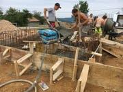 Eine Gruppe junger Appenzeller beim Bau eines Wasserreservoirs im rumänischen Bergdorf Sinteu. (Bilder: PD)
