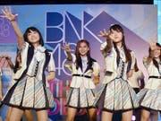 Die Mädchenband BNK48 entschuldigt sich, weil sie unlängst Nazi-Symbole gezeigt hatten. (Bild: KEYSTONE/AP Yomiuri Shimbun/MASAKAZU HAMASUNA)