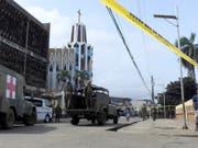 Nach einem Anschlag auf die katholische Kathedrale dominieren auf den Strassen der philippinischen Stadt Jolo das Militär und die Polizei. (Bild: KEYSTONE/AP/NICKEE BUTLANGAN)