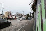 Lange Wartezeiten für Autos und Busse wären mit einer Unterführung beim Rorschacher Stadtbahnhof Geschichte. (Bild: Jolanda Riedener)