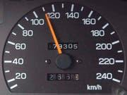 Ein 22-Jähriger ist am Wochenende im Kanton Bern mit stark überhöhter Geschwindigkeit geblitzt worden (Themenbild). (Bild: KEYSTONE/WALTER BIERI)