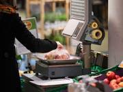Kundenwage für Obst und Gemüse in einem Supermarkt. (Bild: KEYSTONE/CHRISTIAN BEUTLER)