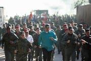 Venezuelas Staatschef Nicolás Maduro (Mitte) mit seinem Verteidigungsminister Vladimir Padrino (rechts) bei einem Truppenbesuch in Fort Paramacay bei Carabobo. (Bild: EPA (27. Januar 2019))