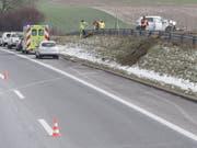 Neben der Strasse gelandet ist auf der Autobahn A2 in Dagmersellen LU eine Frau nach einer Kollision mit einem Lieferwagen. (Bild: Luzerner Polizei)