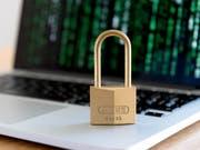 Besondere Herausforderungen für den Datenschutz in der Schweiz sehen die Datenschutzbeauftragten in diesem Jahr bei der beabsichtigten Nutzung der AHV-Nummer zur Identifikation von Personen oder im Hinblick auf die Nationalratswahlen im kommenden Herbst. (Bild: KEYSTONE/NICK SOLAND)