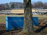 Im Gebäude der Unithèque in Lausanne haben unbekannte Vandalen ein Werk der Zerstörung angerichtet. Rund 50 Computer wurden zerstört. (Bild: KEYSTONE/LAURENT GILLIERON)